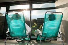 Junge Paare, die im Wellneßbadekurort sich entspannen Stockfoto