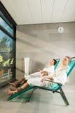 Junge Paare, die im Wellnessbadekurort sich entspannen Stockfoto