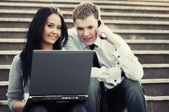 Junge Paare, die an Laptop arbeiten Stockfoto