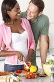 Junge Paare, die Mahlzeit in der Küche vorbereiten Stockfotos