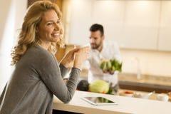 Junge Paare, die Mahlzeit in der Küche vorbereiten Stockbild