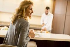 Junge Paare, die Mahlzeit in der Küche vorbereiten Lizenzfreies Stockfoto