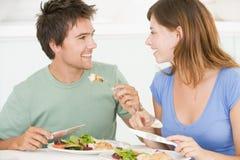 Junge Paare, die Mahlzeit genießen Stockfotos