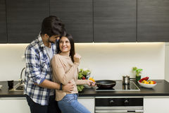 Junge Paare, die Mahlzeit vorbereiten Lizenzfreie Stockfotos