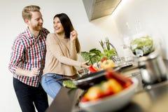 Junge Paare, die Mahlzeit vorbereiten Lizenzfreie Stockfotografie