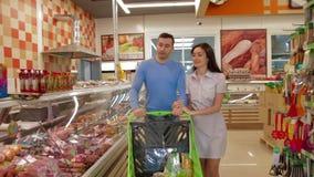 Junge Paare, die in Mall mit Marktlaufkatze gehen stock video footage