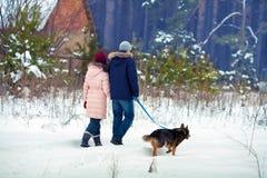 Junge Paare, die mit Hund gehen Stockfotos