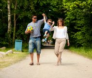 Junge Paare, die mit ihrem Sohn spielen Lizenzfreies Stockbild