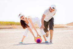 Junge Paare, die mit Kugel spielen Stockfoto