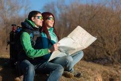 Junge Paare, die mit Rucksäcken wandern Lizenzfreie Stockbilder