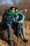 Junge Paare, die mit Rucksäcken wandern Stockfoto