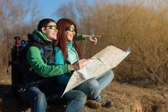 Junge Paare, die mit Rucksäcken wandern Lizenzfreies Stockbild