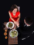 Junge Paare, die mit Wein zu Abend essen Lizenzfreies Stockbild