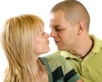 Junge Paare, die miteinander Gesichter bilden lizenzfreies stockbild