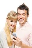 Junge Paare, die Mobile betrachten Lizenzfreie Stockfotografie
