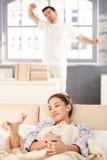 Junge Paare, die morgens zusammen aufwachen Lizenzfreies Stockfoto