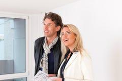 Junge Paare, die nach Grundbesitz suchen Stockfotos