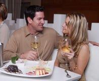 Junge Paare, die Nachtisch in einem Rest genießen stockfotografie