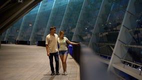 Junge Paare, die nahe Stadion, WarteFußballspiel, öffentliche Interessen gehen stockbild