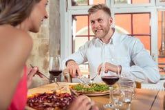 Junge Paare, die Nahrung genießen stockbild