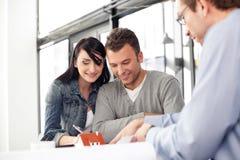 Junge Paare, die neues Haus kaufen Stockfotografie