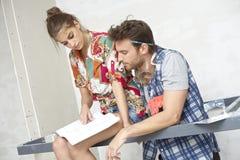 Junge Paare, die neues Haus planen Stockfoto
