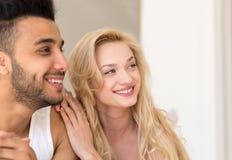 Junge Paare, die oben im Bett, im glückliches Lächeln-hispanischen Mann und in den Frauen-Liebhabern im Schlafzimmer-Abschluss li Stockbilder