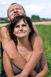 Junge Paare, die oben schauen stockbild