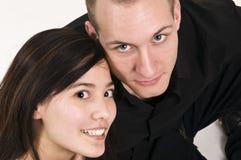 Junge Paare, die oben schauen Stockfoto