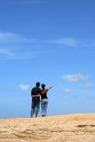 Junge Paare, die oben zusammen schauen Lizenzfreies Stockfoto