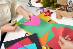 Junge Paare, die Origamidekorationen für Valentinstag, die Draufsicht - romantisch und Liebeskonzept machen Lizenzfreie Stockfotos