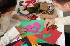 Junge Paare, die Origamidekorationen für Valentinstag, die Draufsicht - romantisch und Liebeskonzept machen Stockfoto
