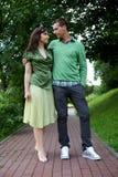Junge Paare, die am Park aufwerfen Stockbild