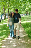 Junge Paare, die in Park gehen lizenzfreie stockfotos