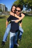 Junge Paare, die piggyback spielen stockfoto