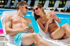 Junge Paare, die Platz nach Abendessen im Internet suchen Lizenzfreie Stockfotografie
