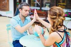 Junge Paare, die Pläne für ihr folgendes Reiseziel machen Lizenzfreie Stockfotos