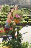 Junge Paare, die am Pushcart stehen Lizenzfreie Stockbilder
