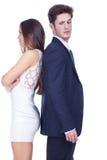 Junge Paare, die Rücken an Rücken stehen Stockfotografie