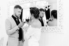 Junge Paare, die am Restaurant flirten Stockbilder