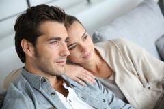 Junge Paare, die in Richtung der Zukunft blicken Stockfotografie