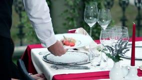 junge Paare, die romantische Abendessenaußenseite wenn der Regenanfang haben stock video