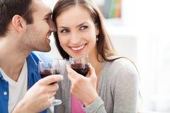 Trinkender Wein der jungen Paare Stockfotografie