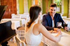 Junge Paare, die Rotwein trinken Stockbilder
