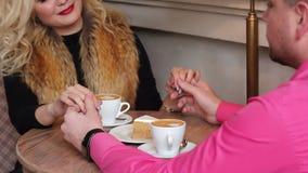 Junge Paare, die ` s Hände sich halten stock video footage