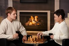 Junge Paare, die Schach spielen Lizenzfreie Stockfotos