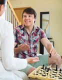 Junge Paare, die Schach spielen lizenzfreie stockbilder