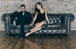Junge Paare, die, schreiend streiten Frau, die um forgivness bittet Lizenzfreie Stockfotografie