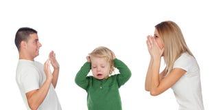 Junge Paare, die, schreiend streiten Konsequenzen für das Baby Stockfotografie