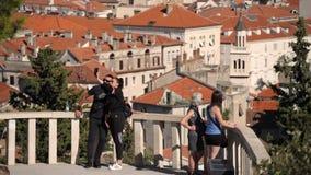 Junge Paare, die selfie auf Marjan Hill in der Spalte, Kroatien nehmen stock video footage